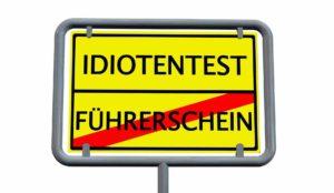 Schild wo drauf steht Idiotentest und Führerschein, Wort Führerschein ist durchgestrichen