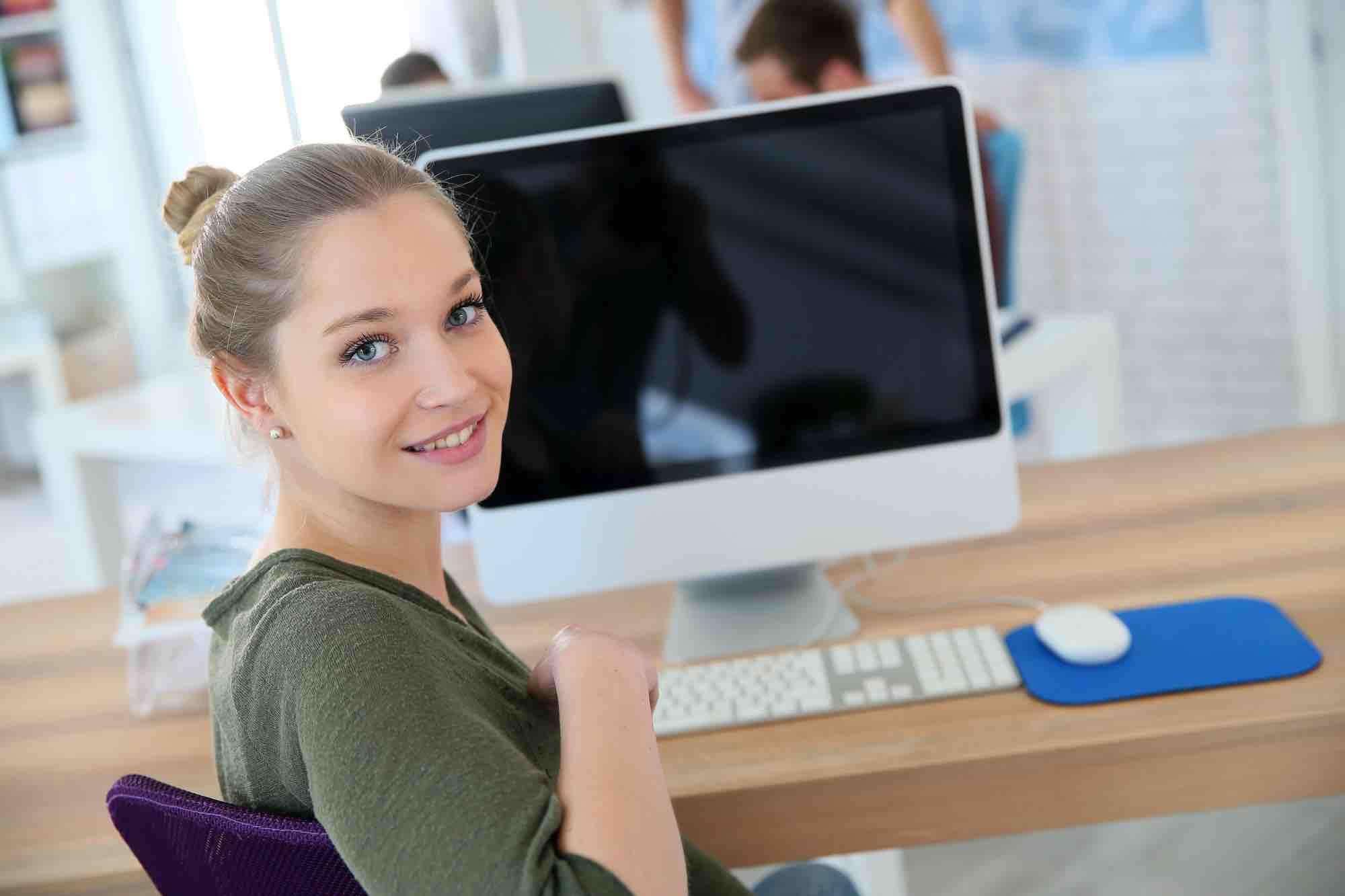 Frau sitzt vor dem Computer