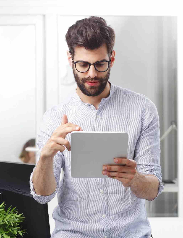 Mann macht MPU am Tablet