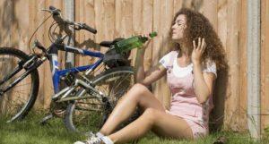 Fahrrad Mädchen trinkt aus einer Flasche