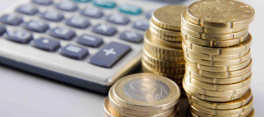 Taschenrechner und Münzen
